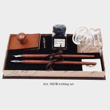 Díszes készlet 2 fairon tintával és pótheggyel, négyszögletes tintatartóval, itatóssal fekete-barna díszdobozban