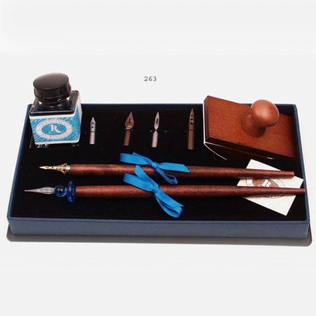 Írószerkészlet tinta két tollszárral, 4 tollheggyel és itatóssal, fekete díszdobozban