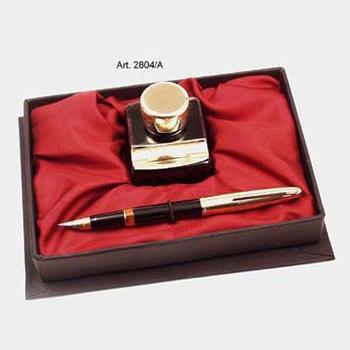 Arany díszítésű tintatartó, műanyag töltőtoll, vörös selyembélésű díszdobozban