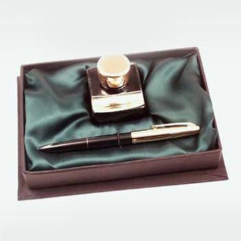 Arany díszítésű tintatartó, műanyag töltőtoll, zöld selyembélésű díszdobozban