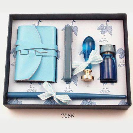 Különleges szett kék színű mártogatós toll tintával, jegyzetfüzettel, gólyás pecsétnyomó, kék viasszal díszdobozban