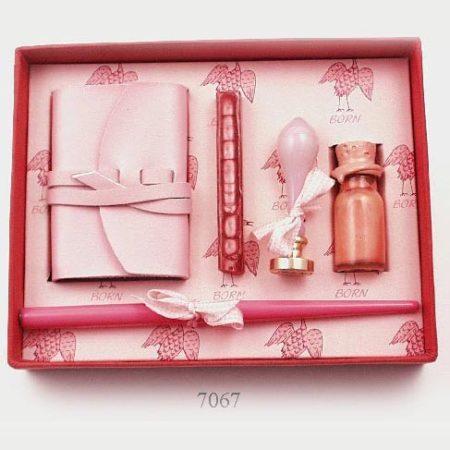 Különleges szett rózsaszín mártogatós iron tintával, jegyzetfüzettel, gólyás pecsétnyomó, rózsaszín viasszal díszdobozban