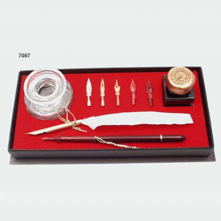 Különleges írókészlet (bordó) fehér vágott penna és bordó iron 5 pótheggyel, kerek tintatartóval, tintával fekete díszdobozban