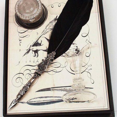 Nagy díszes fekete penna, tintásüveg, különleges pennatartó üvegcsével, fekete díszdobozban