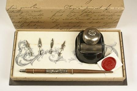 Díszes tollszár 4 tollheggyel, tolltartós tintával, díszdobozban