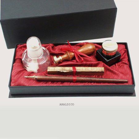 Díszes írószerkészlet bordó selyemmel, pecsételő arany színű viasszal borszeszégővel,  tollszár tintával, fekete díszdobozban