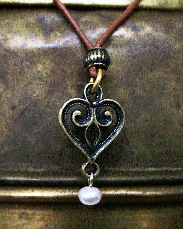 Szív nyakék bőrön, igazgyönggyel (rézzel bevont) (N30) (ÚJ)