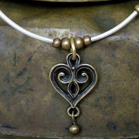 Szív nyakék fém gyönggyel (rézzel bevont) (N17) (ÚJ)