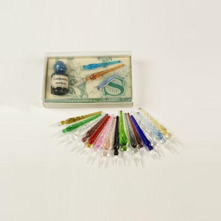Kis írószerkészlet 5 cl tintával, 3 db csavart mintájú muránói üvegtollal (6 cm) díszcsomagolásban (doboz méret 10,5 x 6,5 x 2,5 cm)
