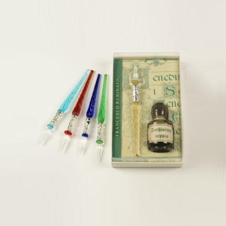 Kis írószerkészlet 5 cl-es tintával, 1 db ezüstözött díszítésű csavart mintájú muránói üvegtollal (8 cm) díszcsomagolásban (doboz méret 10 x 6 x 2,5 cm)