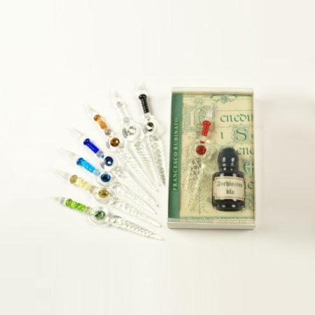 Kis írószerkészlet 5 cl tintával, 1 db csavart mintájú muránói üvegtollal (6 cm) díszcsomagolásban (doboz méret 10,5 x 6,5 x 2,5 cm)