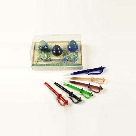 Kis írószerkészlet 3 db mini tintatartóval (2 cl tintával), 1 db muránói üvegtollal (8 cm) díszcsomagolásban (doboz méret 10 x 6 x 3,5 cm)