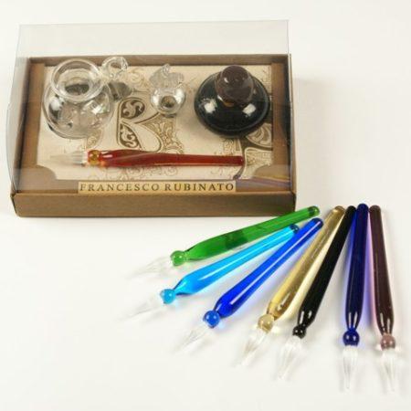 Kis írószerkészlet mini tintával (4 cl) és tintatartóval, 1 db muránói üvegtollal (7 cm) díszcsomagolásban (doboz méret 10 x 6 x 4 cm)