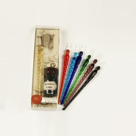 Kis írószerkészlet 10 cl-es tintával, 1 db csavart mintájú muránói üvegtollal (12-14 cm) díszcsomagolásban (doboz méret 15,5 x 4,5 x 5 cm)