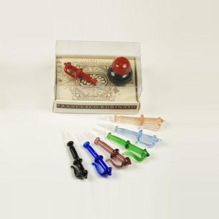 Kis írószerkészlet mini tintával (átmérő 2 cm), 1 db muránói üvegtollal (4 cm) díszcsomagolásban (doboz méret 6 x 4 x 3 cm)