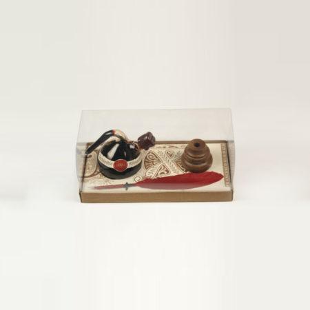 Kis írószerkészlet tintatartó lombikkal (30 ml tintával), 1 db festett pennával és fa pennatartóval díszcsomagolásban (doboz méret 14 x 6,5 x 5,5 cm)