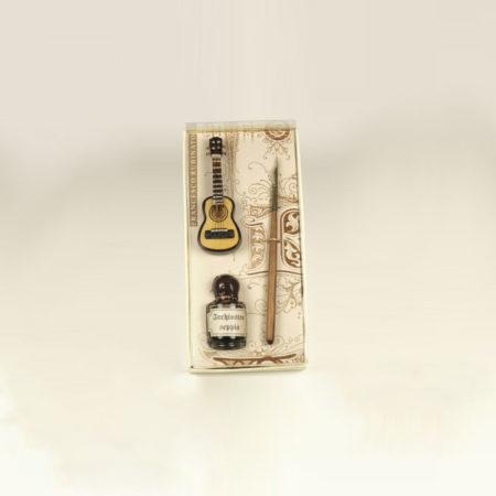 Kis írószerkészlet 5 cl tintával, 1 db fanyelű ironnal, dísz miniatűr fa gitárral díszcsomagolásban (doboz méret 14 x 6 x 3 cm)