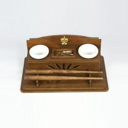 Asztali írószertartó 2 kerámia tintatartóval, két irontartóval, 4 tollheggyel, eco-préselt fa stílusú (dobozméret: 19 x 12 x 7,5 cm)