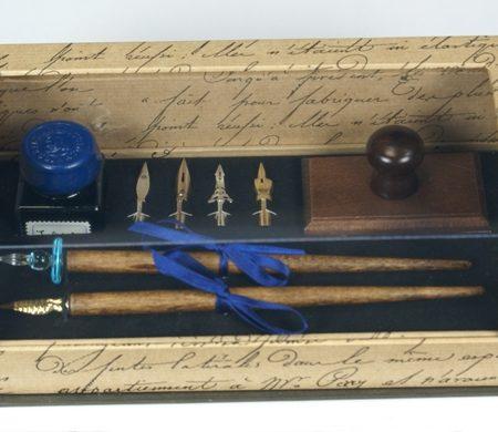 Írószerkészlet tinta két tollszárral, 4 tollheggyel és itatóssal, díszdobozban