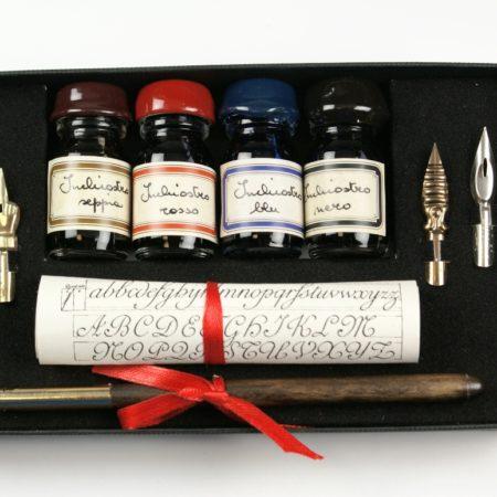 Írószerkészlet 4 db tintával, tollszárral és 4 pótheggyel fekete díszdobozban