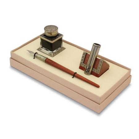 Mesterien díszített írószerkészlet tintával és irontartóval