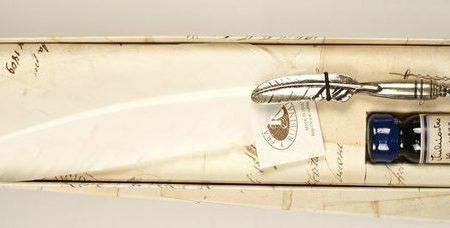 Festett lúdtoll penna, gazdagon díszített tollszárral, tintával díszdobozban