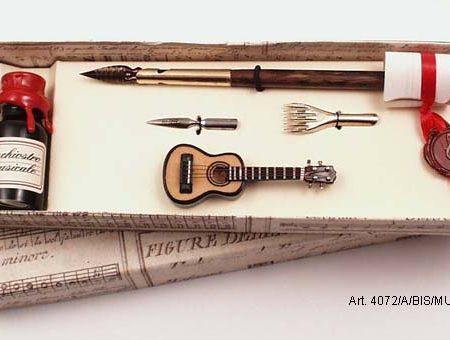 Mini hangszerek készletben (gitár), ironnal, tintával és póthegyekkel díszdobozban