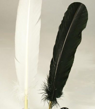 Golyós penna fehér vagy fekete fa irontartóval díszdobozban