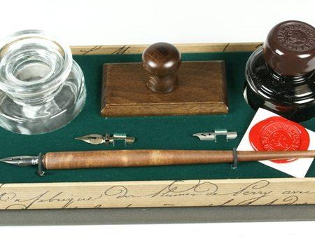 Írószerkészlet fa ironnal, itatóssal, 40 ml-es tintával, kerek üveg tintatartóval és póthegyekkel nyitott díszdobozban