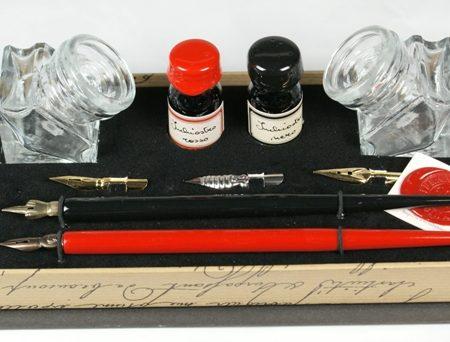 """""""Piros és fekete"""" különleges írószerkészlet 2 db mártogatós ironnal póthegyekkel nyitott díszdobozban"""